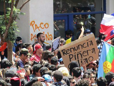 Las calles exigen la renuncia de Piñera