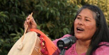 Cristina Paredes presenta coplas y le canta a las mujeres