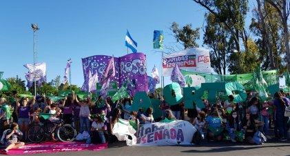 """¡Que sea ley!: en La Plata se realizó un """"puentazo"""" y pañuelazo por el aborto legal"""
