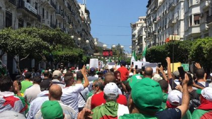 Miles de argelinos se movilizan en un nuevo viernes de protestas