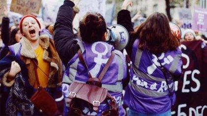 Gran columna de Pan y Rosas en la masiva manifestación de mujeres en París