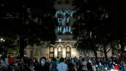 Cientos de personas ocupan el City Hall para llamar a desfinanciar la Policía de Nueva York