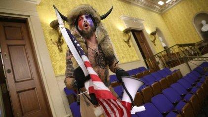 Quién es el hombre con cuernos que lideró la irrupción en el Capitolio