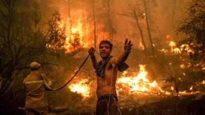 Miles de personas huyen de la isla griega mientras los incendios arrasan bosques y casas