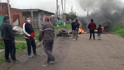 Pilar: vecinos cortan calle reclamando obras de infraestructura