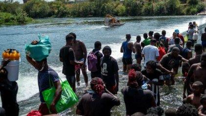 Biden deporta a miles de haitianos, mientras la Policía fronteriza los persigue y azota