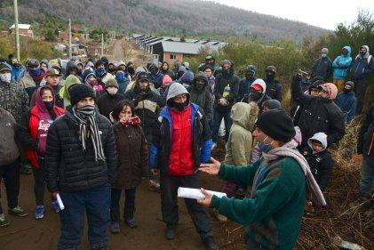 Familias que ocuparon predio municipal en Bariloche, cercadas por la policía