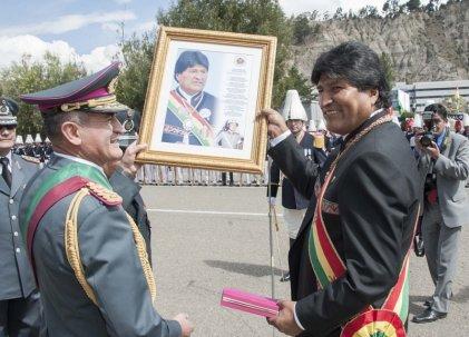 Evo Morales fortalece relaciones con el ejército