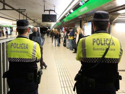 """Colau expulsa a los """"manteros"""" del metro con un megaoperativo policial"""