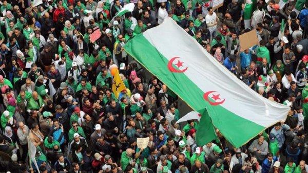 Undécimo viernes de movilizaciones para exigir la caída del régimen en Argelia