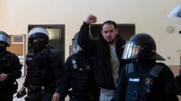 Detienen a Pablo Hasél, condenado a prisión por criticar a la monarquía y la Policía