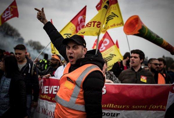 Los ferroviarios franceses endurecen su lucha contra la reforma Macron
